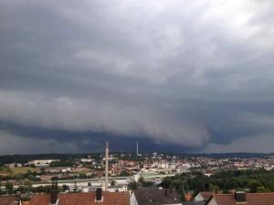 Die Shelfcloud zieht über Ansbach auf. © Foto: Alexander Stingl