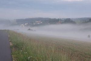 Dank feuchter Luft und Regenschauern am Morgen gab es am Abend des 16. Juni in der Region (wie hier bei Vestenberg) sogar teils dichte Nebelfelder - mitten im Juni. Foto: Jürgen Grauf