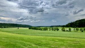 Blick von Neudorf nach Ansbach: Die letzten dichten Wolkenfelder mit wiederholten Schauern zogen am 20. Juni über die Region hinweg, ab dem 21. Juni wurde es sommerlich warm. Foto: Hans-Martin Goede
