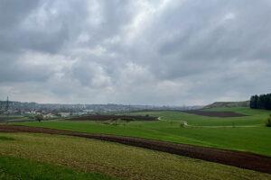 Wanderung in den 1. Mai - Blick vom Bocksberg nach Ansbach, kurz bevor der erste Mairegen einsetzte. Foto: Hans-Martin Goede