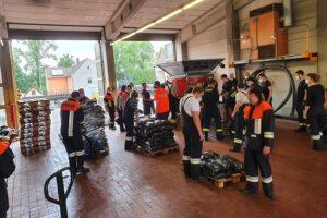viele Helfer der Feuerwehren aus dem Umland beim Befüllen der Sandsäcke für Flutbarrieren in Ansbach. Foto: Jürgen Grauf